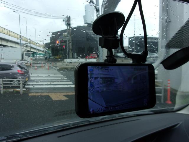 ドライブレコーダーは前後に装着。