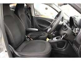 フロントシートはブラックのファブリックシートです