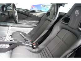 ブラックテクニカルファブリック+レザースポーツシートが標準化になったモデルです。