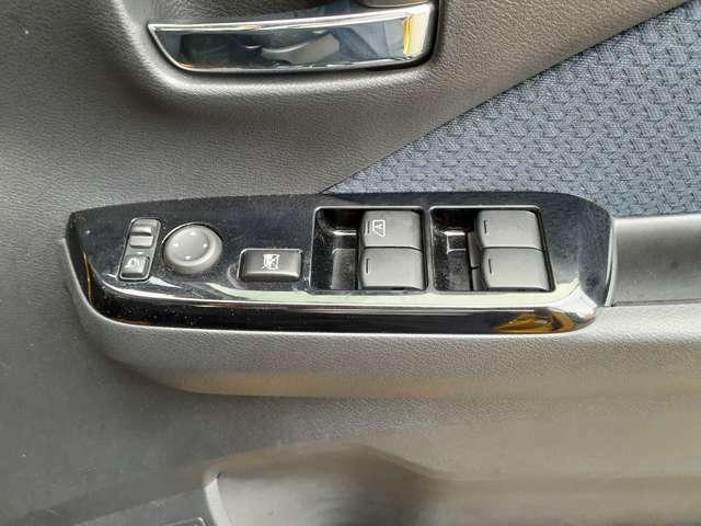 小さいお子様が窓を開けないように運転席からロックすることができます♪