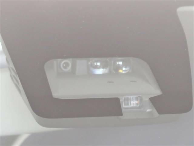 【メーカーオプション装備】渋滞などでの低速走行中、単眼カメラとレーザーレーダーのデュアルセンサーで前方の車両を検知し、衝突を回避できないと判断した場合に、ブレーキが作動。衝突の被害を軽減します。