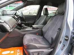 レザーコンビのシートは左右とも電動アシスト付きです。スエード調の生地とのマッチングもいいですね。内装もきれいなクラウンです。