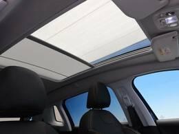 ●パノラミックガラスルーフ:大迫力のパノラマルーフは、後部座席にまで続いており、開放的な空間をお楽しみいただけます。