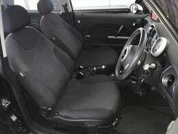 ブラックが基本色の内装はスポーティな雰囲気で、シートの状態もいいのが画像でお分かり頂けると思います。