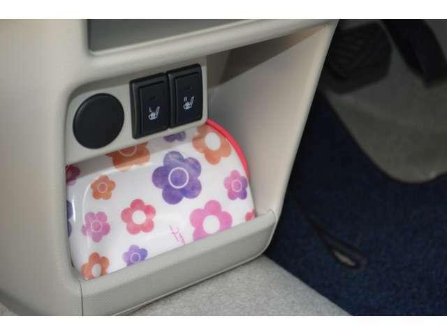 フロントシート下のセンターロアポケットには、ポーチなどを入れるとちょうどいいですよ♪