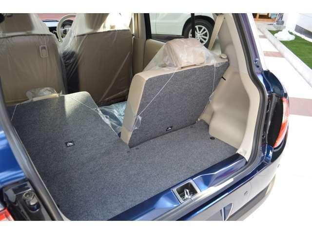 買い物からレジャーまで、広くて積みやすいラゲッジスペー。後部座席はワンタッチで倒せます。