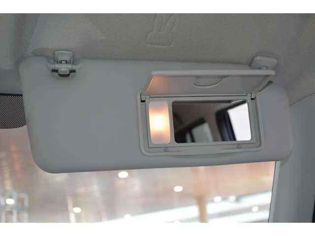 運転席と助手席のバニティーミラーには、照明もついているので、夜間でも使えます。