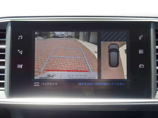 バックカメラを装備。距離や角度が認識できるガイドラインと俯瞰映像により、停車状況が正確に把握できます。
