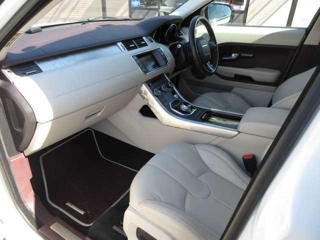 助手席も充分な広さでリラックスしてご乗車できます。パワーシートなのでお好みの位置への調節も楽にできます。