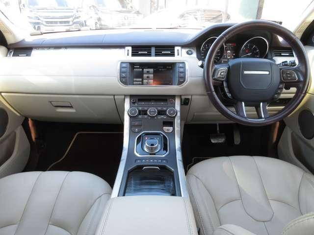 インテリアはホワイト&ブラックでお洒落なデザインになっています。英国車のお車はインテリアが上品な印象になります。