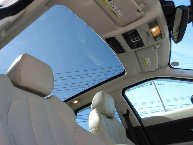 パノラマルーフはガラス面積が大きく陽の光も沢山入り込み車内も明るくなり気持ちよく運転できます。