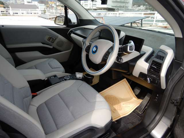 BMWらしいスポーティー感は残しつつ、近未来的な雰囲気が色濃く漂うインテリア