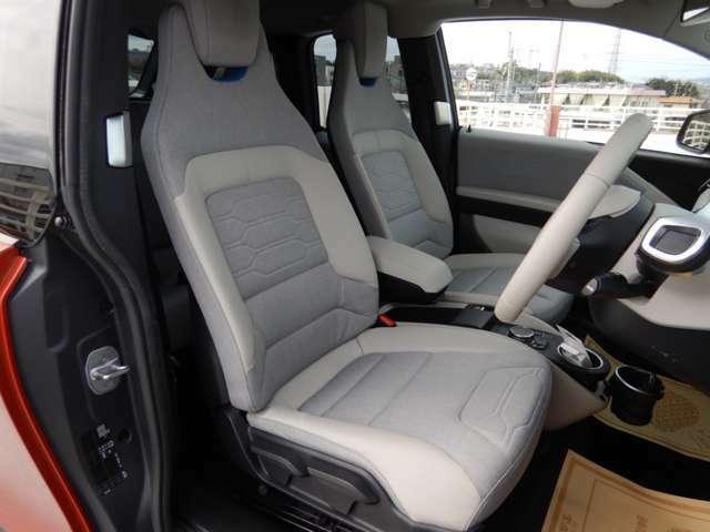 ドイツ車らしい硬めのシートはロングドライブで疲れにくくホールド性も良好です