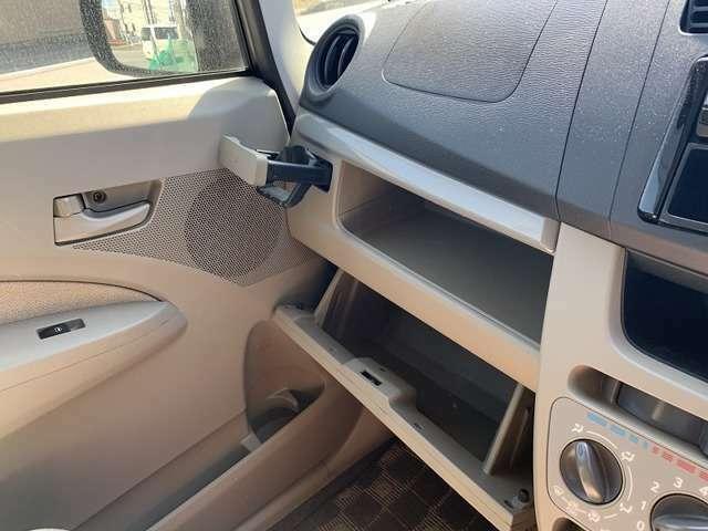 助手席側ダッシュボードにも収納付きです☆またダッシュボード上にも収納場所があり、小物の整理などに役立ちますね☆
