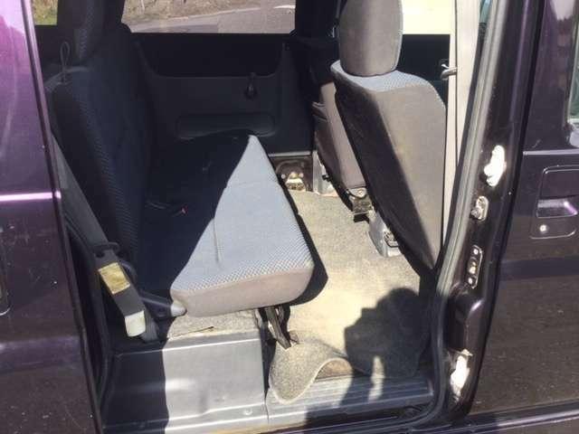 セカンドシートは折りたたむとフラットな荷台となります