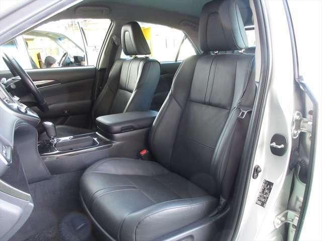 フロントシート、本革パワーシートで綺麗な状態です。目立つようなシミや気になるような匂いはありません。