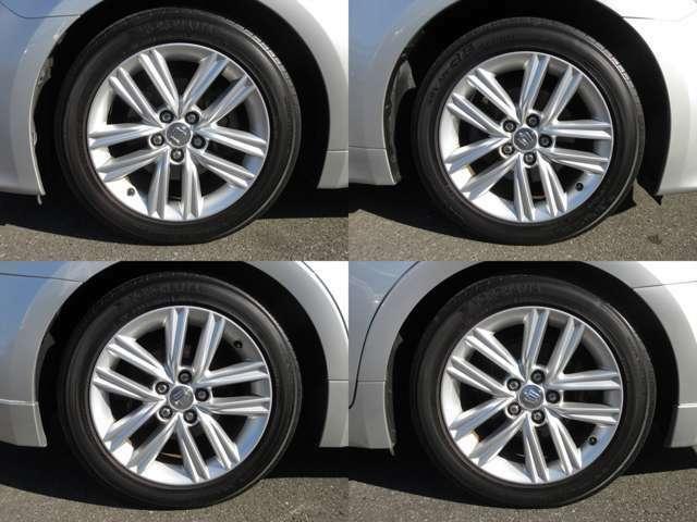 純正アルミホイールが装着されています。タイヤブランドは、ヨコハマです。タイヤサイズは、215/55R17です。残り溝はフロントが5mm、リアが5mmです。