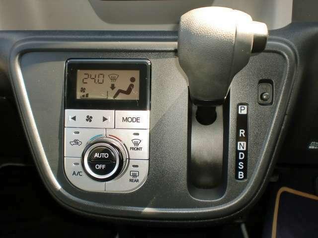オートエアコンは温度管理が細かくできるので快適に運転できます!さらにシフトノブは操作がしやすいインパネシフトです!