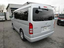 ハイエースワゴンの左リヤビュー UV&プライバシーガラスで、車内の紫外線&プライバシーをシャットアウト