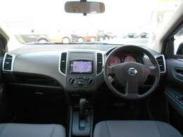フロントガラスも大きく、とっても視界性がよく、操作もしやすい運転席です。