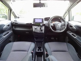 車内はブラック基調でカッコイイ!ドライブ装備も充実しており、カロッツェリアのHDDナビに地デジTV・DVD再生・走行中も可能・Bカメラ・ETC・BT接続など、文句なしのドライブ装備の数々☆7人乗りも◎