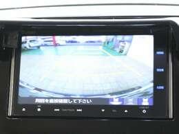 バックに入れると自動でリアカメラに切り替わります!運転が苦手な方でも安心して車庫入れができますよ♪
