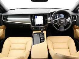 アンバー色が美しいレザーシート。車内が明るく、開放感のある一台です。