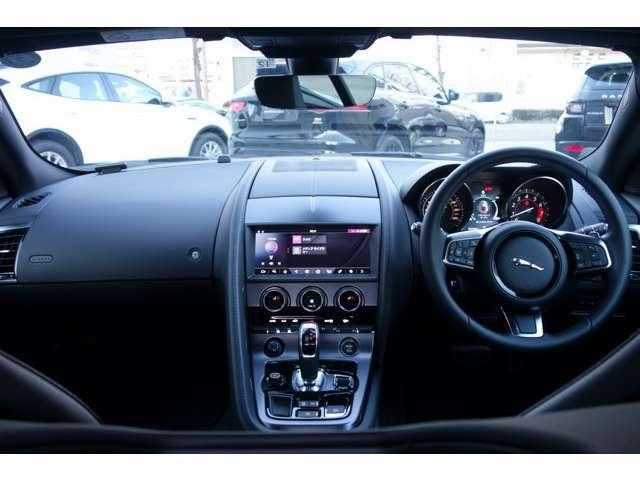 車体後部に装着したカメラの映像を、タッチスクリーンで確認できます。 画面上には距離をカラーで表示。ステアリングホイールの角度に合わせて、車が後退する方向をラインで示します。