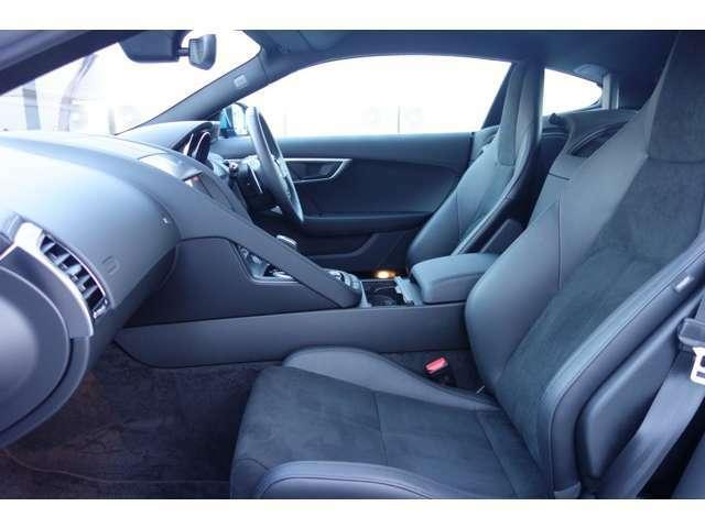 ドライバーズシートに滑り込むと、Fタイプと一体感を生み出すレイアウトに胸が高鳴るはずです。