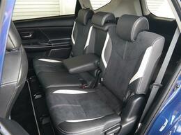 後席シートも革&スエードをシルバーダブルステッチでコンビしたG's専用のスポーツシート