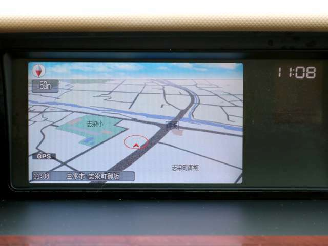【HDDナビ】こちらのお車はHDDナビを装備しております。高性能なナビ機能の他、CD音楽の再生や自動録音、DVDビデオも可能にできます。ドライブ中の楽しみも増え、便利でお得な装備でございます