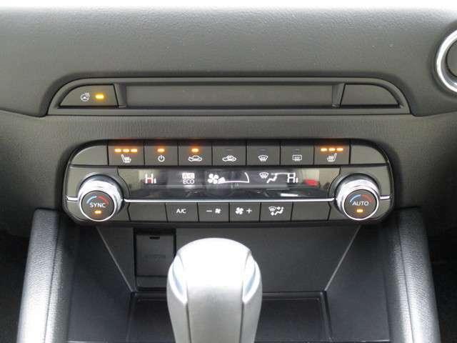 操作しやすいデュアルエアコンです。運転席と助手席で快適に空調を操作することができます。シートヒーターやステアリングヒーターも同じく装備されておりますので、冬場のドライブを快適に過ごすことができます。