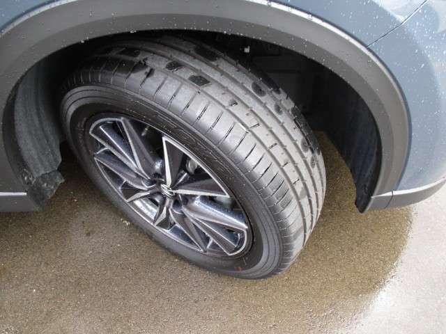 純正ホイールが装着されております。タイヤの目もたっぷりあります。