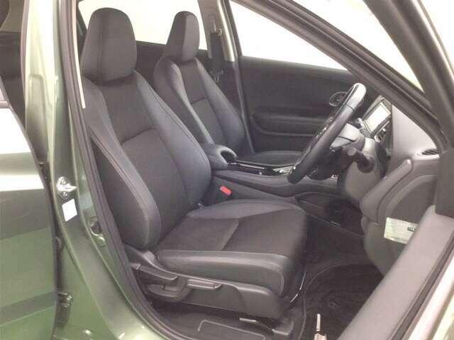 前席はクーペのようなパーソナル感。シートは上質なコンビシートを採用、質感にもこだわりました。