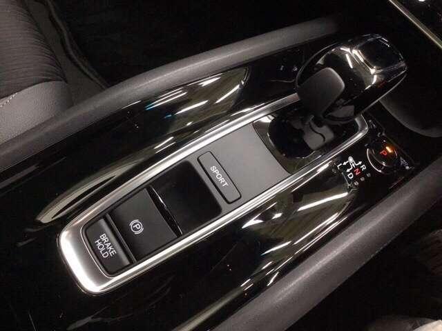 ハイブリッド専用セレクトレバーはスマートな操作が楽しめます。電子制御パーキングブレーキも装備。 ※渋滞時等にブレーキペダルから足を離しても停車状態を保持してくれるオートブレーキホールド機能付き