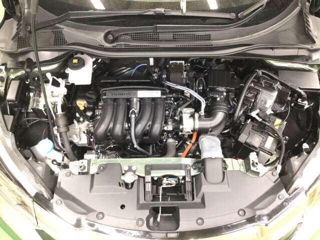 エンジンルーム内艶出しWAXしています。きれいなエンジンだからこそ細かいところまで整備が行き届きます。