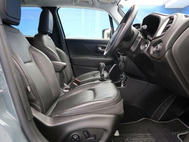 ●:黒革シート:ゆったりとしたドライバースペースで、長時間の運転でも快適にお過ごしいただけます。