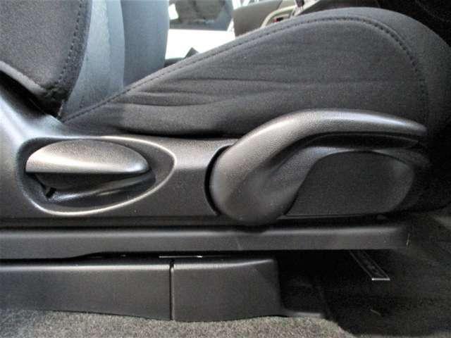 シートリフターが付いているので運転席の座面の高さの調整ができます☆小柄な方でも最適なドライブポジションに設定できますので安心です♪