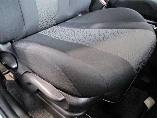 運転席座面には小さい補修跡が御座います。ダメージの出やすい運転席の座面も低走行31,700KMなので状態良好です☆