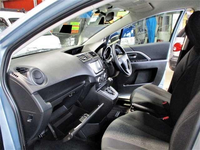 車内はグレー基調のインテリアカラーで統一されていて落ち着いた雰囲気になっております♪グローブボックスは2段式になっていて大容量で、車検証入れや取扱説明書のどを入れてもまだ余裕があります☆