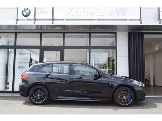 "【BMWの伝統-3】BMWのお車は、""駆け抜ける歓び""を体現しております。走行の安定性とコーナリングの良さを追求し、思い通りにハンドルの操作可能です。"