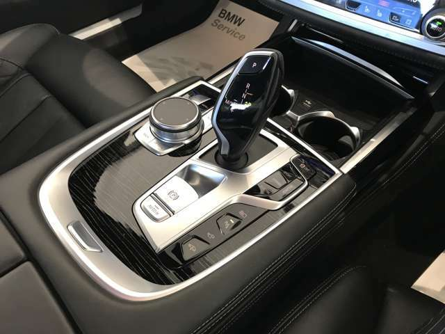 【シフト】スポーティーさを極めたなめらかなシフトチェンジが可能で、快適なクルージングからダイナミックな走りまで、さまざまな運転スタイルに適応いたします。
