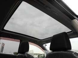 明るく車内に開放感をもたらしてくれるスタイリッシュなガラスルーフ 紫外線もしっかり遮断出来ます!