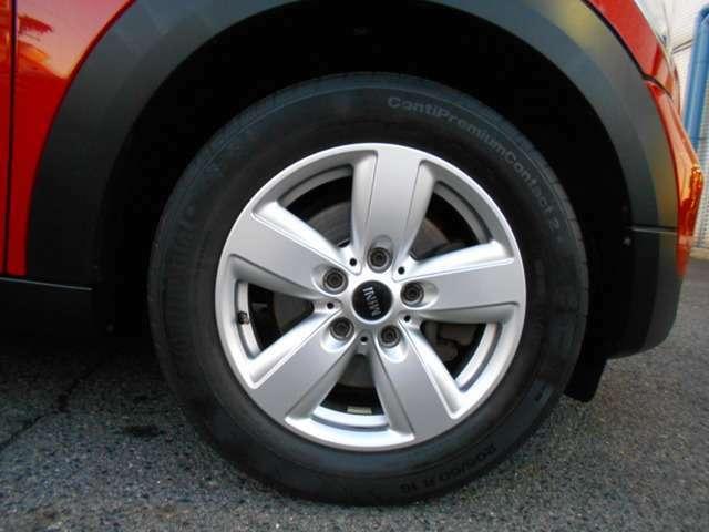 ホイールには純正の16インチがチョイスされており、多少の傷はありますが全体的に綺麗な状態です。タイヤの残り溝はまだありますが年数が経過しているため、リフレッシュするのもありです!