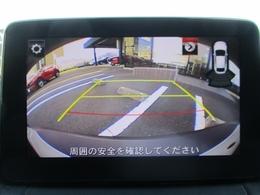リバースに入れれば自動的にセンターディスプレイにバックカメラの映像を映し出し、バックでの駐車をサポートします
