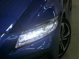 LEDで前方を直接照射するのではなく、リフレクターで反射させることでライトの面全体を光らせるインラインタイプのヘッドライトを採用