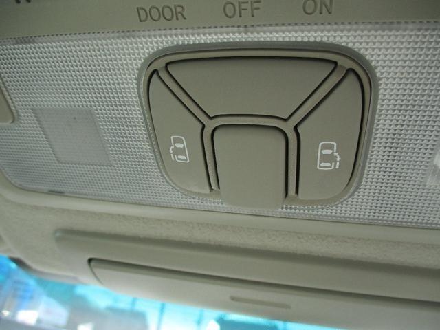 ワンタッチパワースライドドアです。ルームランプ中央に両側電動スライドドア開閉スイッチが付いています。運転席・助手席から操作が出来ますので大変便利です。
