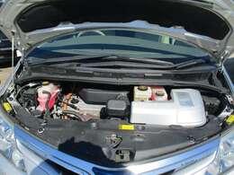 メンテナンスの行き届いていたるエンジンルームです。ハイブリッド4WDでパワフルに走ります! 快調です。