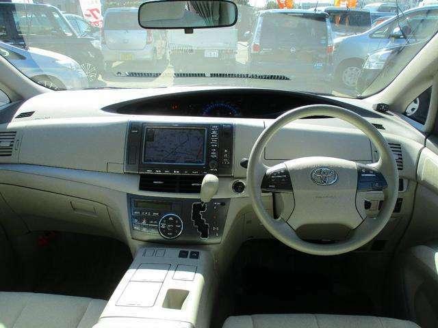 シンプルでスタイリッシュな操作性の良い運転席です。各部コンディション良好で快調!! クルーズコントロール付で高速道路走行ラクラクです。もちろんETC付きで便利!!