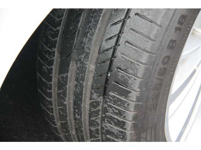 タイヤ溝もまだまだございます。装着されるタイヤは【ランフラットタイヤ】です。